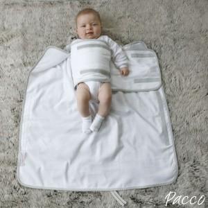 Wenn Sie Ihr Baby in ein Pacco Pucktuch pucken, dann wicklen Sie zunächst den rechten Arm ein.
