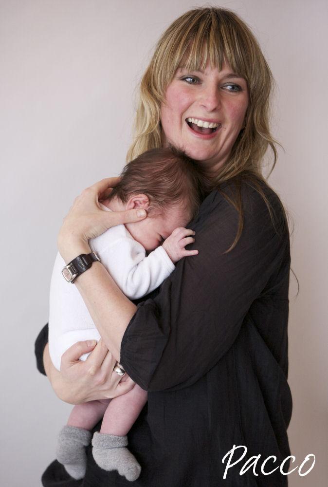 Wenn das Baby sein Gesicht an die Brust drückt, ist das ein Zeichen von Müdigkeit und Zeit für Baby-Pucken